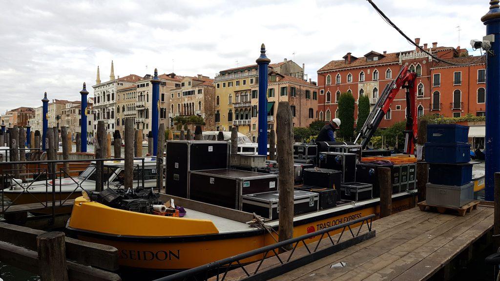 Transfert d'un décor sur un vaporetto à Venise