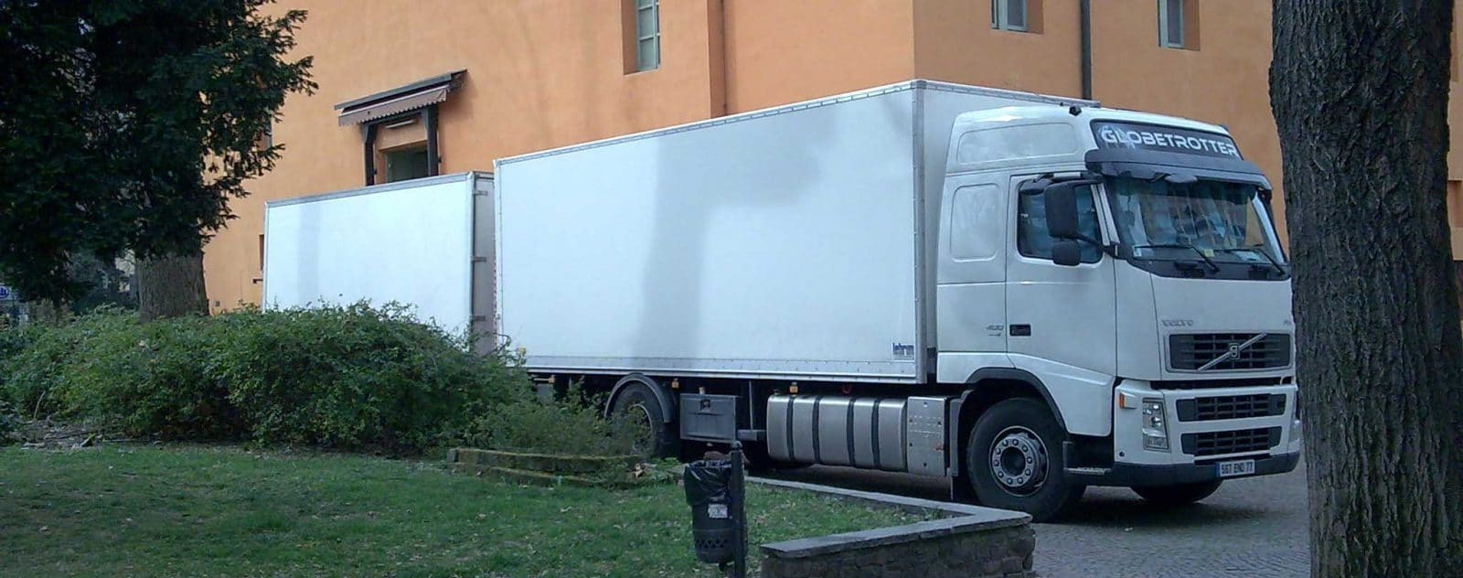 Camion-remorque devant un accès décors