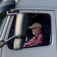 Photo de Stéphane NEE, fondateur de Transcénic, à bord de son camion Volvo FH400